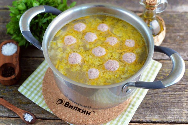 погружение фрикаделек в суп