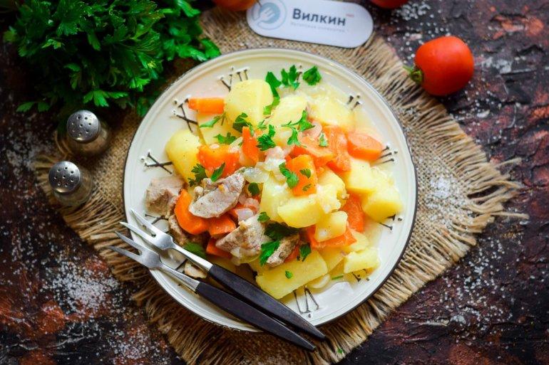порция картошки с мясом из горшочка