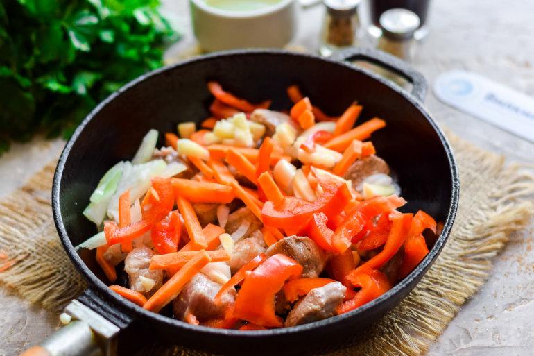 смешивание мяса с овощами