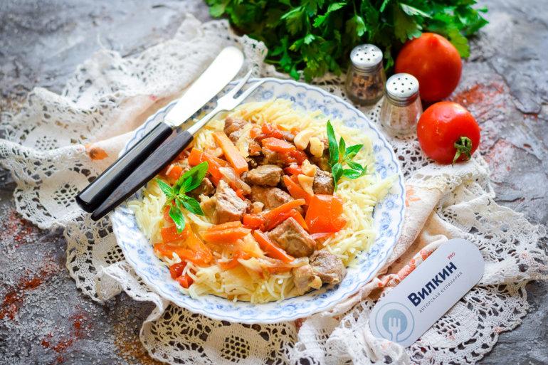 мясо в соевом соусе с овощами и макаронами