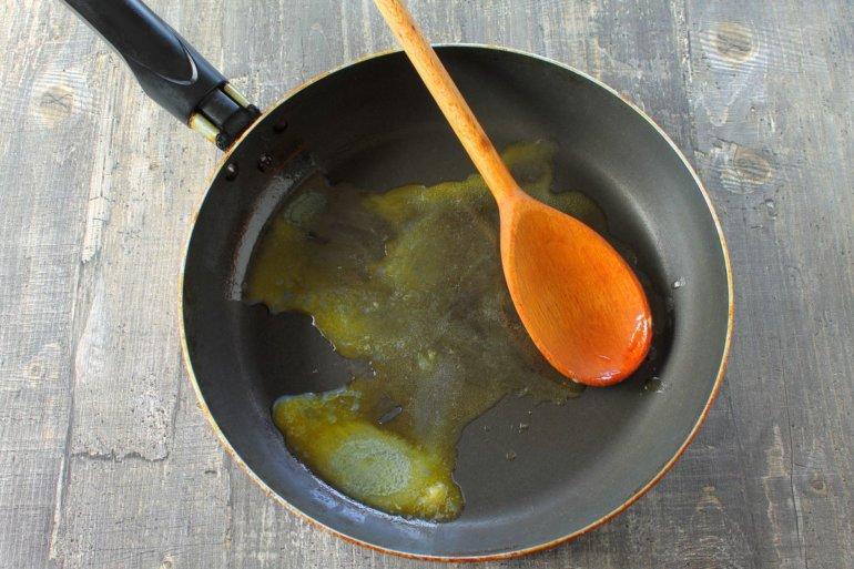 разогретая сковорода с маслом