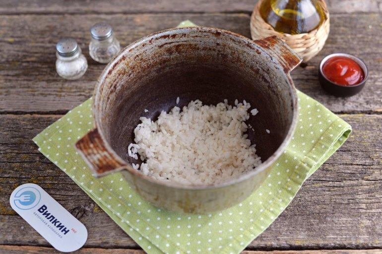 промытый рис в казане