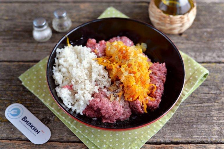 смешивание овощей с фаршем и рисом