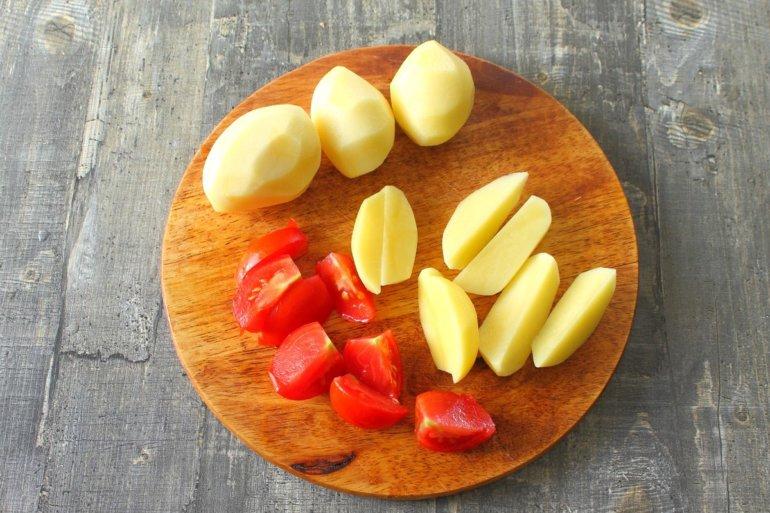 дольки картофеля и помидоров