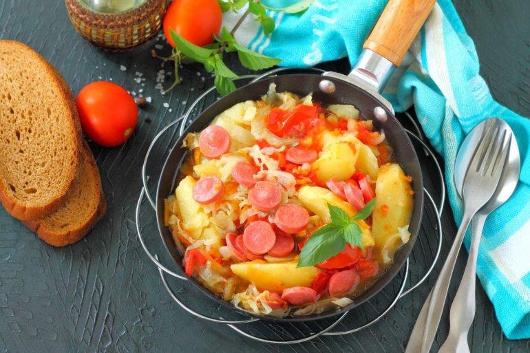 Тушеная капуста с картошкой и сосисками