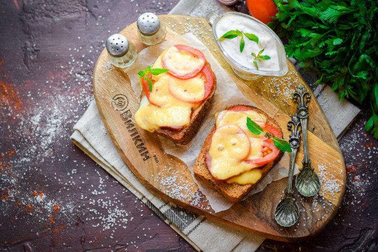 подача яичницы в хлебе на завтрак