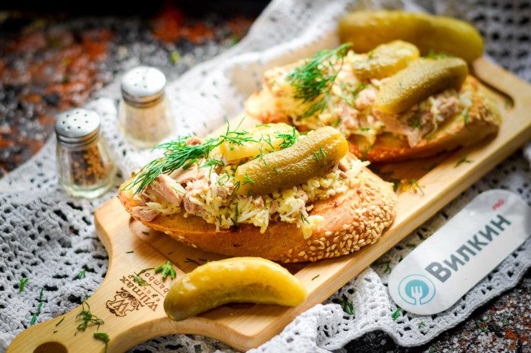 Бутерброды с тунцом консервированным и яйцом