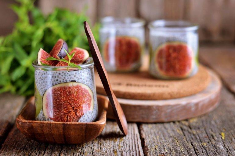 десерт с инжиром в бокале