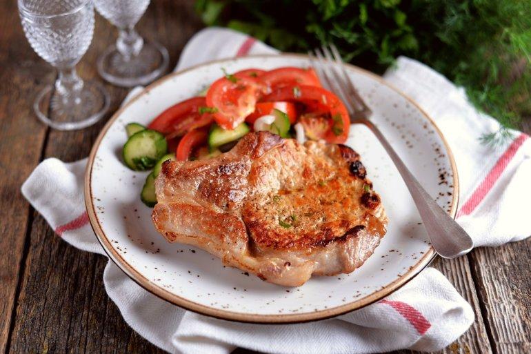 жареное мясо с овощным салатом