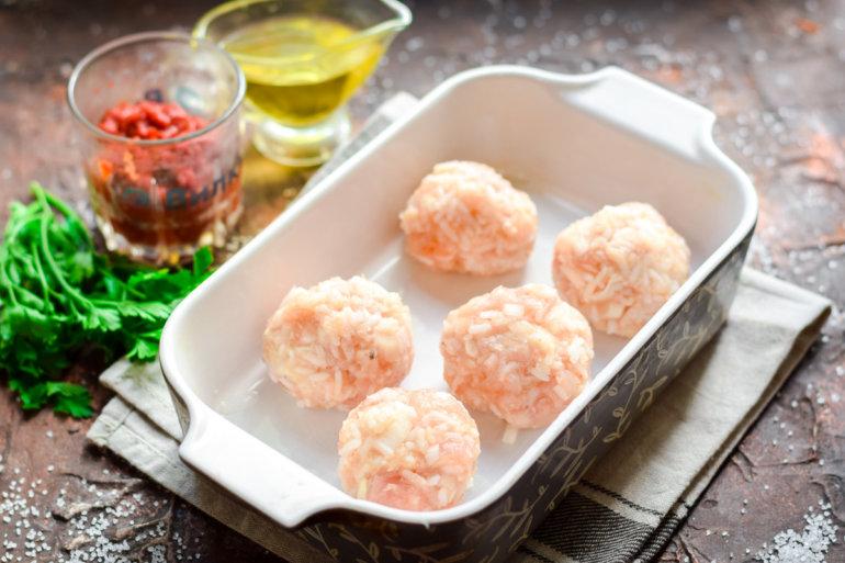 укладка мясных шариков с рисом в форму