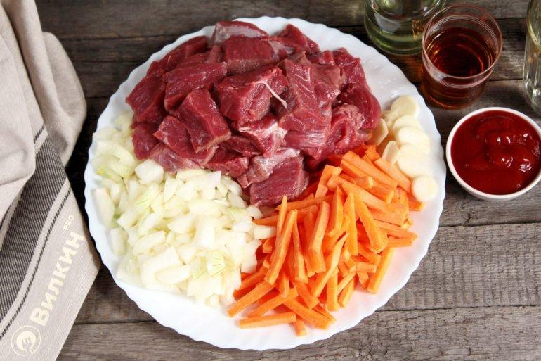 нарезанные овощи и мясо