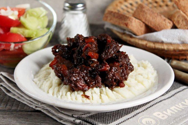 тушеная говядина с вяленым черносливом