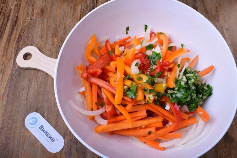 выкладка овощей в миску