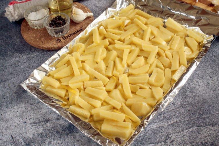 выкладка картофельной нарезки на противень