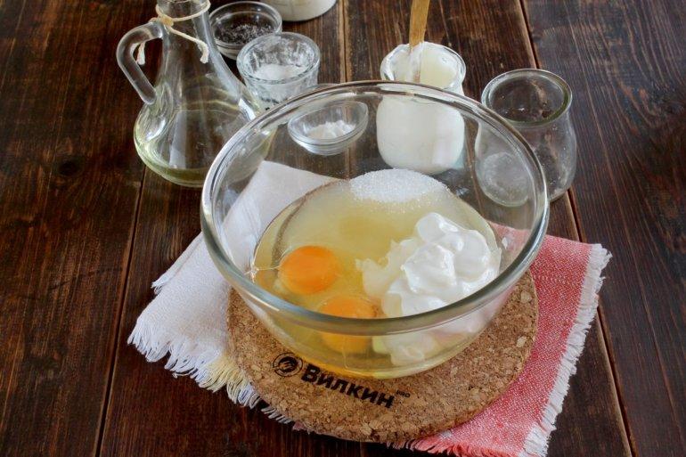 яйца, сметана и сахар