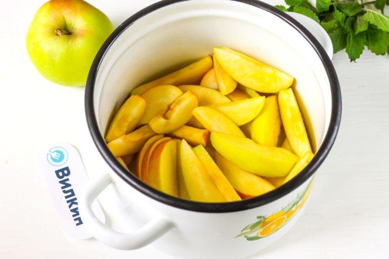 фрукты в кастрюле