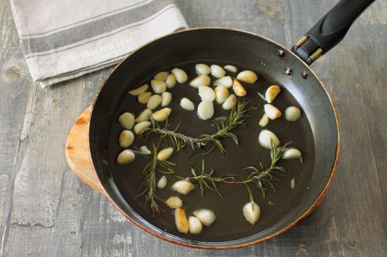 обжарка чеснока с розмарином