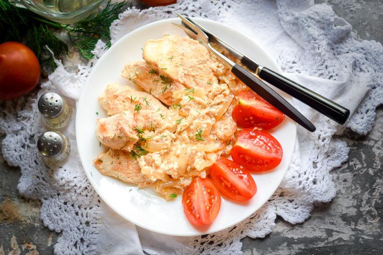 Филе курицы в сливочно-чесночном соусе на сковороде