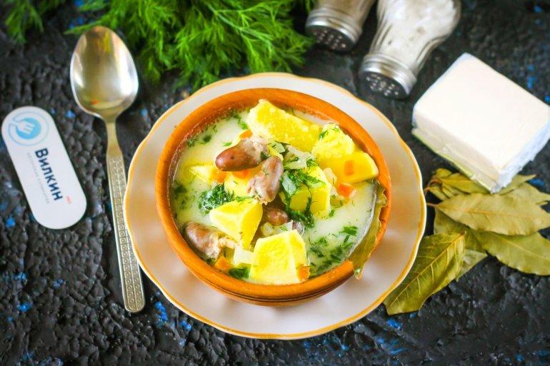 порция сырного супа с куриными сердечками