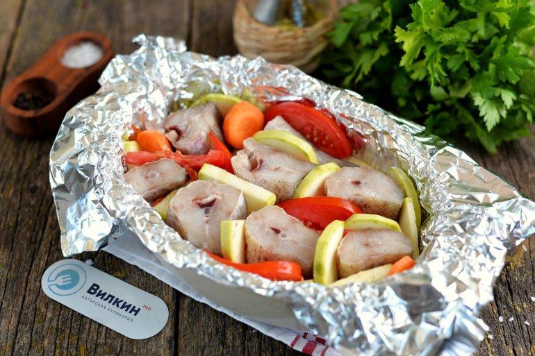вставка рыбных кусков между овощей