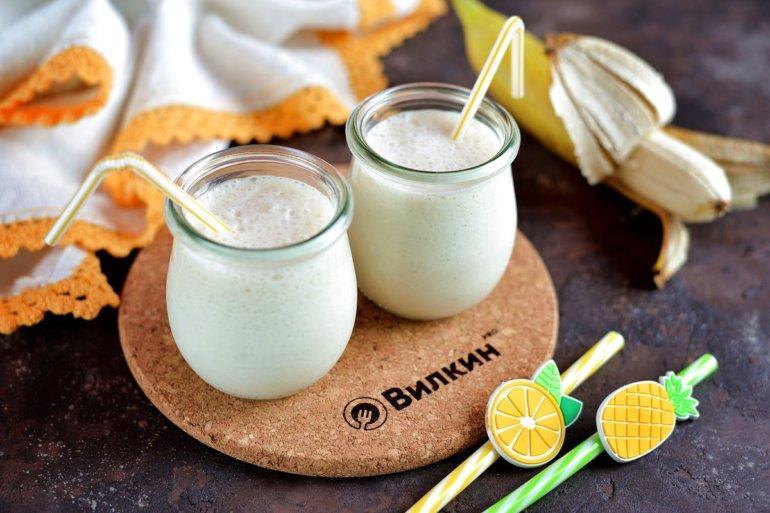 Молочный коктейль с бананом и мороженым