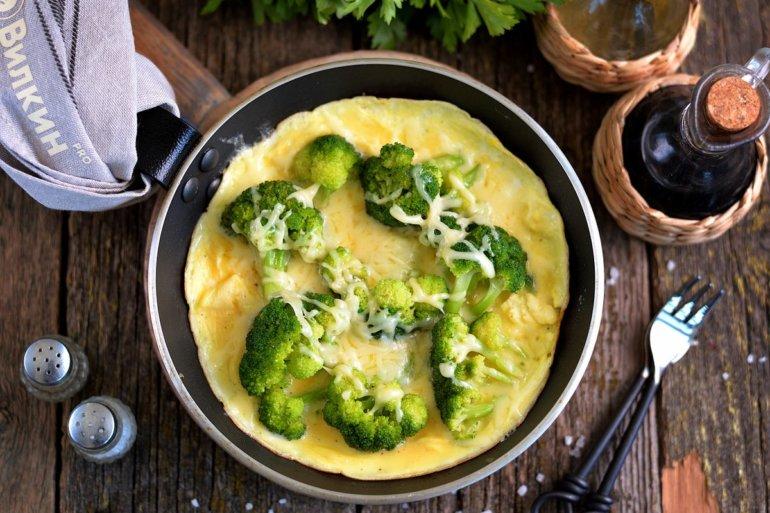 Омлет с брокколи на сковороде