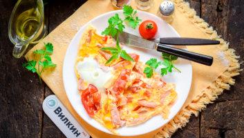 омлет с помидорами и колбасой