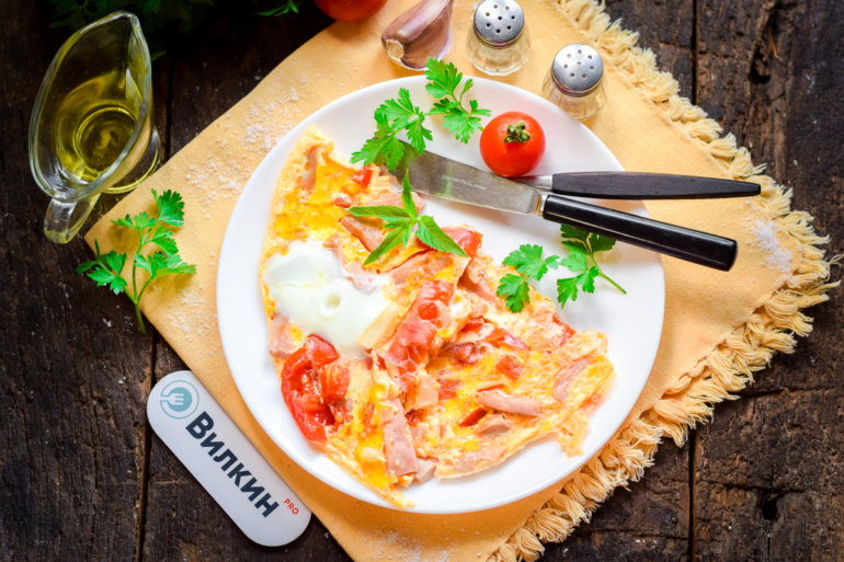 Омлет с помидорами и колбасой на сковороде