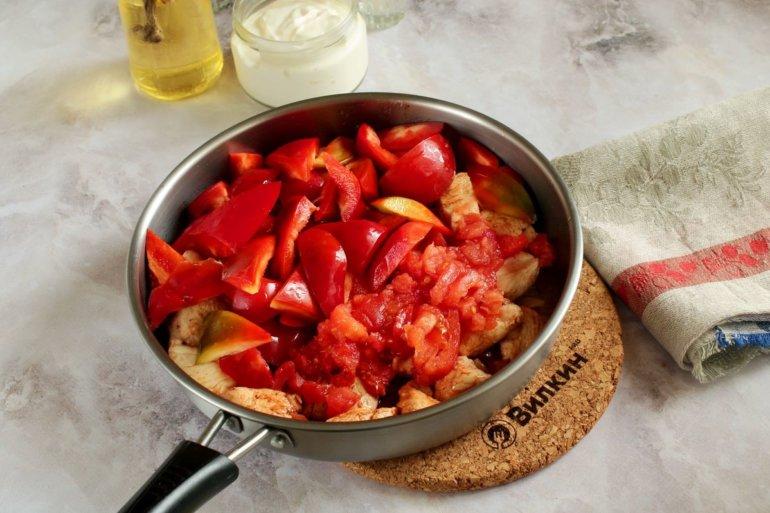 добавление перца и томатов