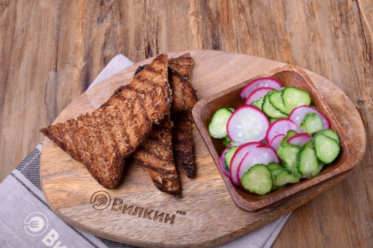 обжаренный хлеб и свежие овощи