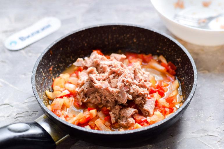 добавление тунца к овощам