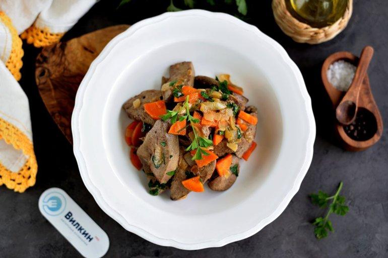 Свиная печень, жареная с луком и морковью