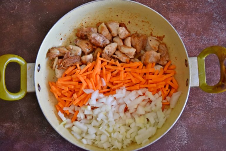 обжарка мяса, лука и моркови