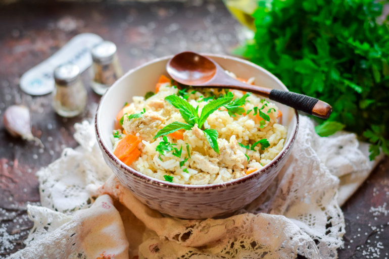 порция рисовой каши с фаршем