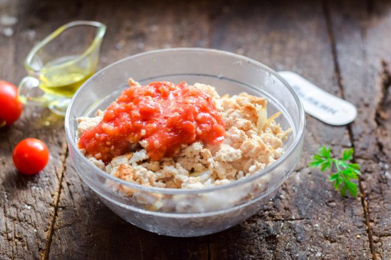 добавление соуса из помидоров