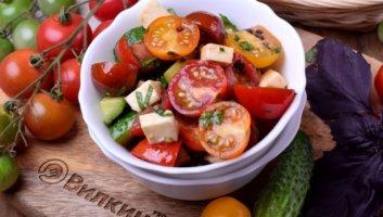 салат из помидоров, огурцов и сыра