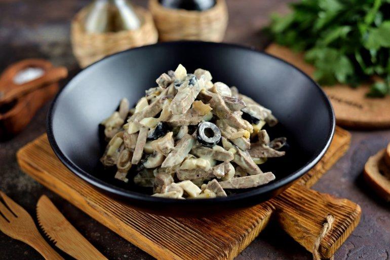 салат со свиной печенью, грибами и огурцами