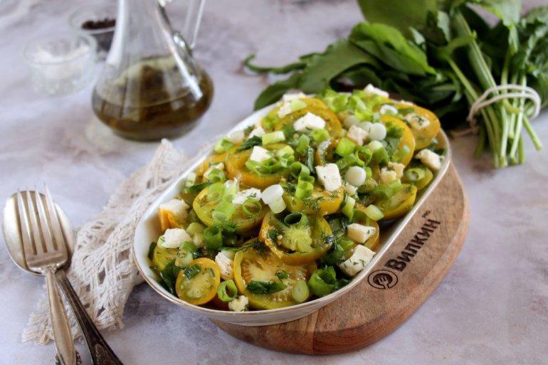 салат с сыром Моцарелла и зелеными помидорами