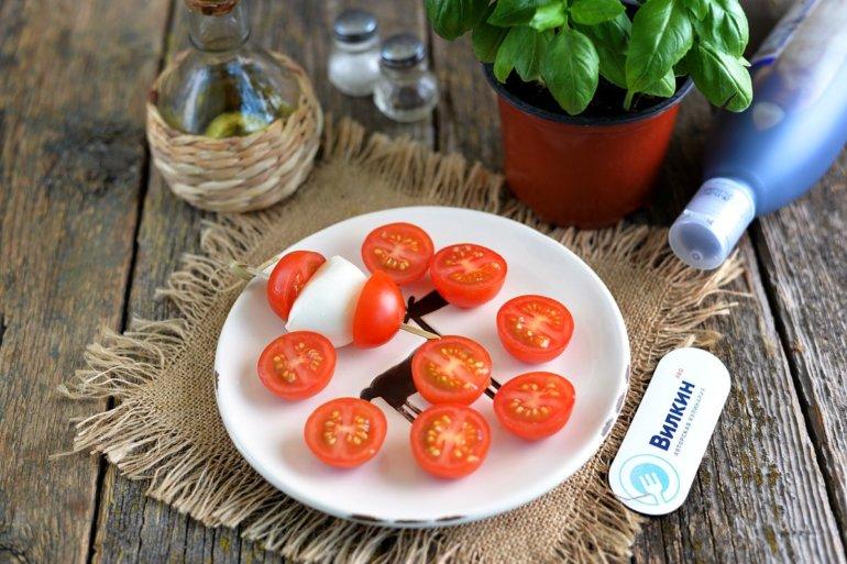надевание сыра и помидорок на шпажки