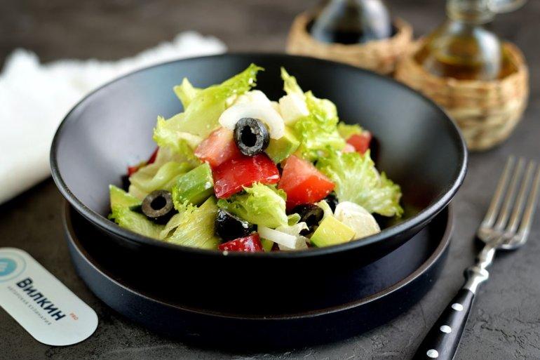 салат с авокадо, сыром, маслинами и помидорами