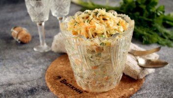 салат с капустой, морковью и яблоком