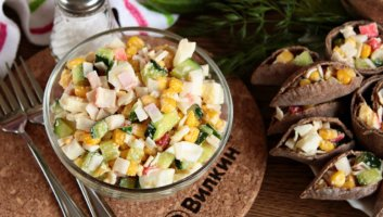 салат из крабовых палочек, кукурузы, яиц и огурцов