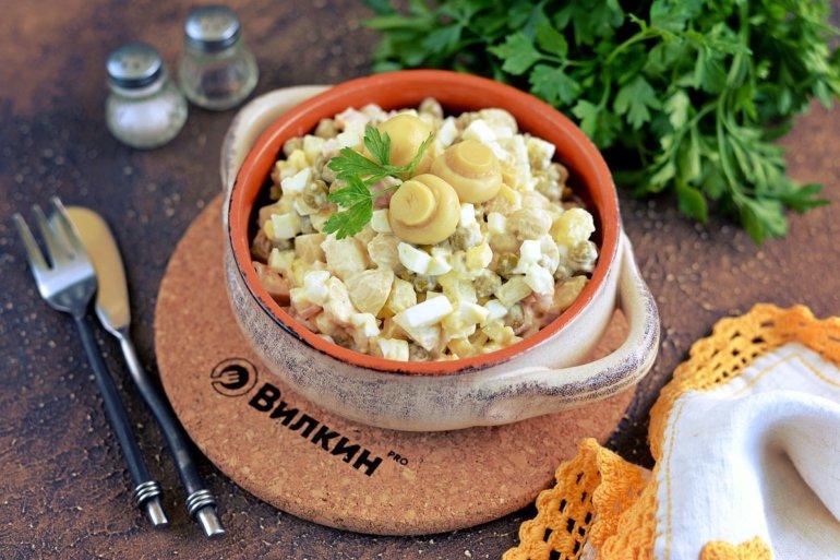 Салат с копченой курицей и маринованными грибами