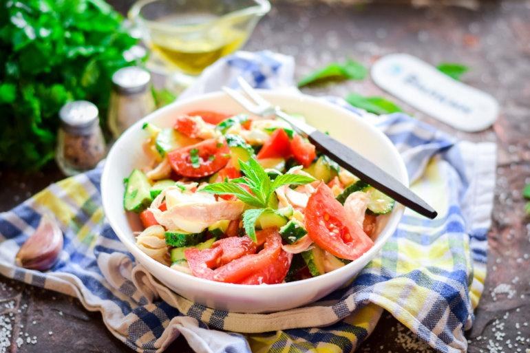 салат из курицы, яиц и свежих огурцов