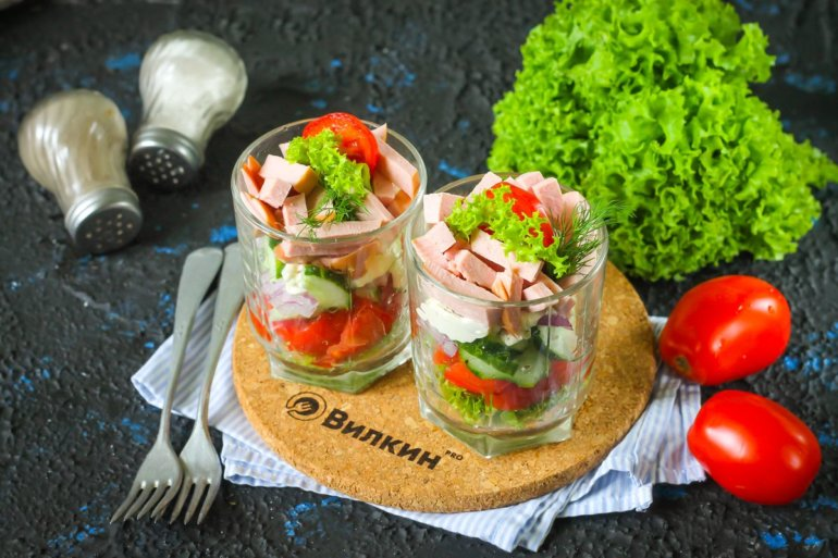 салат с вареной колбасой, огурцами и помидорами