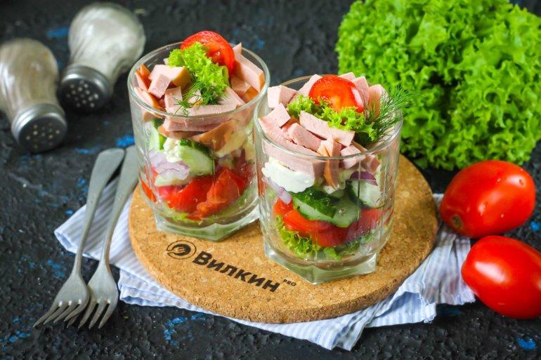 Салат с вареной колбасой, свежим огурцом и помидорами
