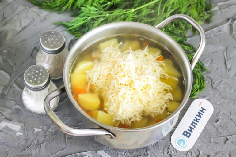 добавление сыра в кастрюлю