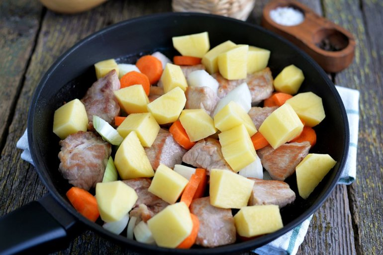 добавление картошки и моркови