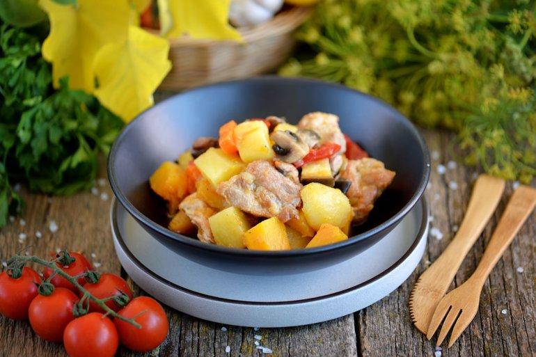 жаркое из свинины с овощами и грибами