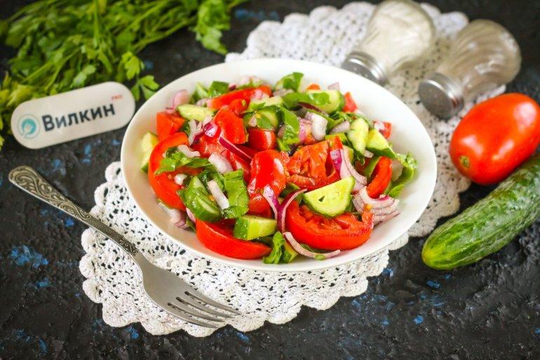 салат из огурцов, помидоров и шпината